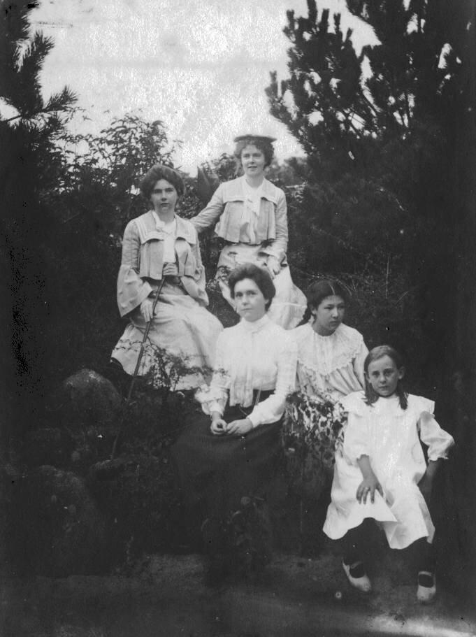 1907. Агнес Холл с дочерьми Эдит и Кэтлин