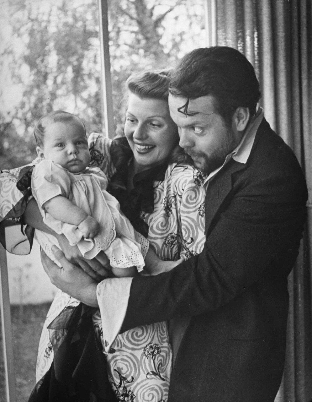 1944, декабрь. Рита Хэйворт и Орсон Уэллсз держат новорожденную дочь Ребекку дома в Голливуде, Калифорния