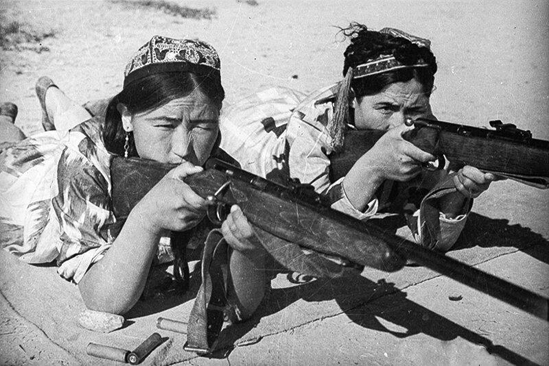 Две девушки-узбечки стреляют из ружья в положении лёжа.