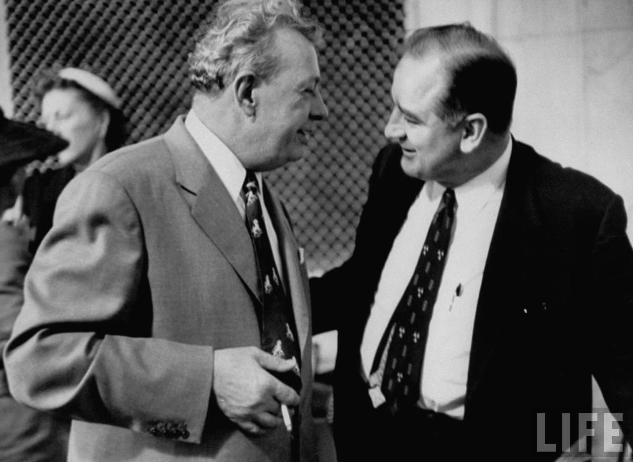 1954. май. Сенаторы Эверетт Дирксен и Джозеф Р. Маккарти на слушаниях подкомитета по делу о проникновении коммунистов в армию