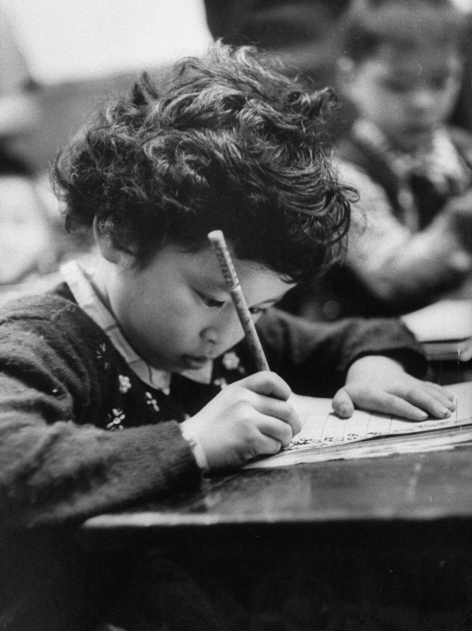 Маленькая девочка практикуется в письме