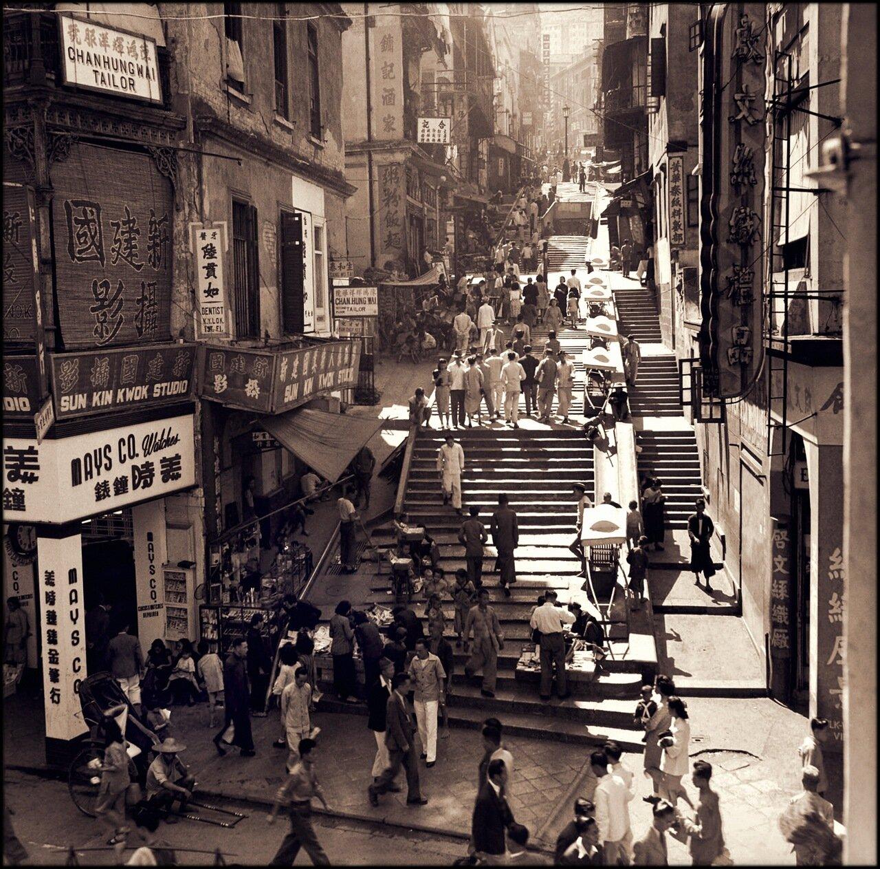 1946. Пешеходы и продавцы на Поттингер-стрит в Гонконге