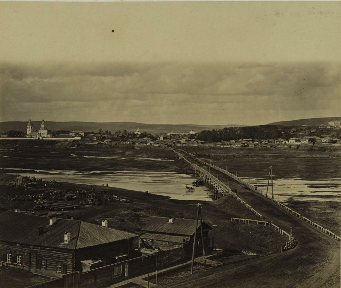 Знаменское предместье, мост через реку Ушаковку. Слева виден Знаменский женский монастырь, основанный в 1693 г. 1880-е