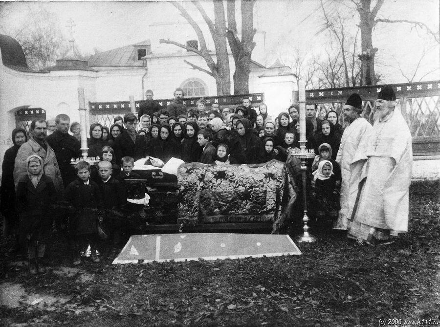 Священномученик Константин Успенский, пресвитер Васютинский, крайний справа