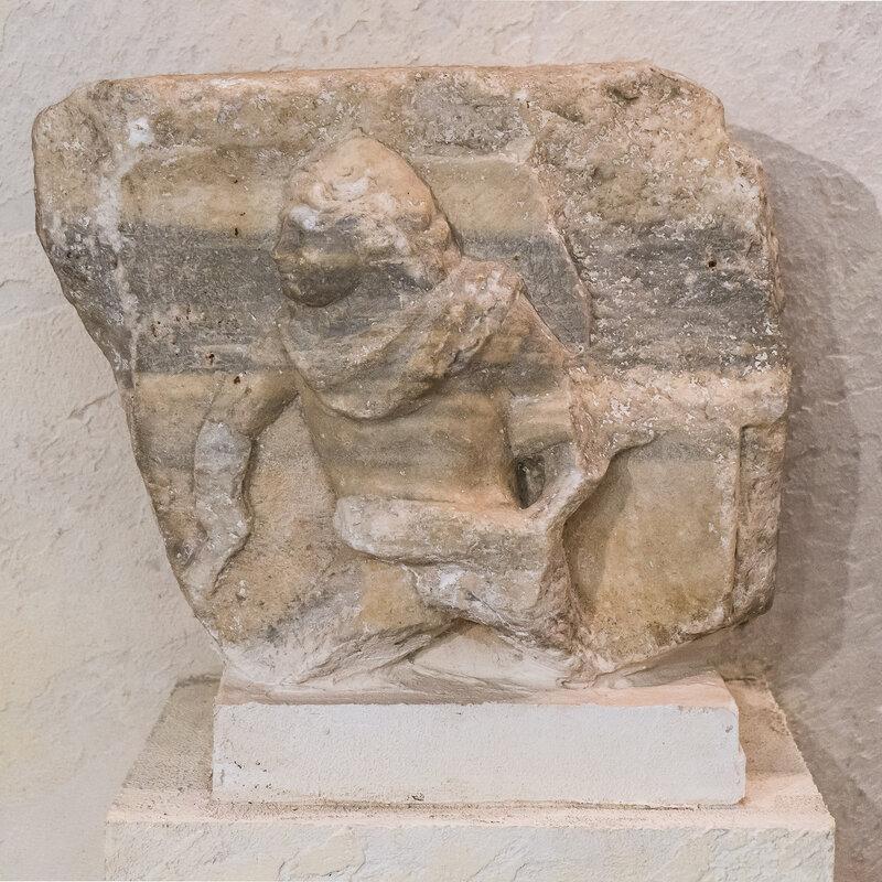 Деталь  рельефа на мраморной плите