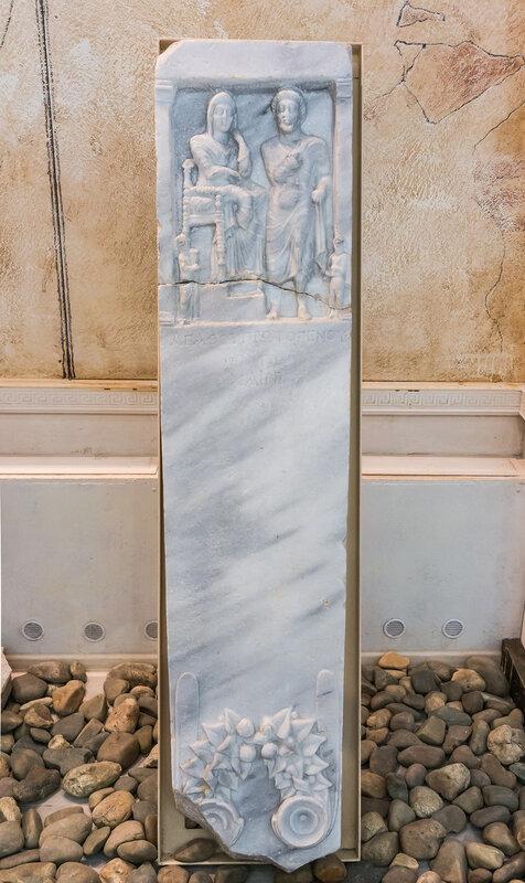 Мраморная надгробная стелла со сценой встречи богами умершего в загробном мире
