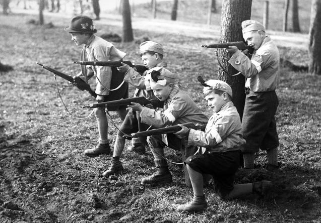 Злые Иваны поймали юного немца. 1945 г.