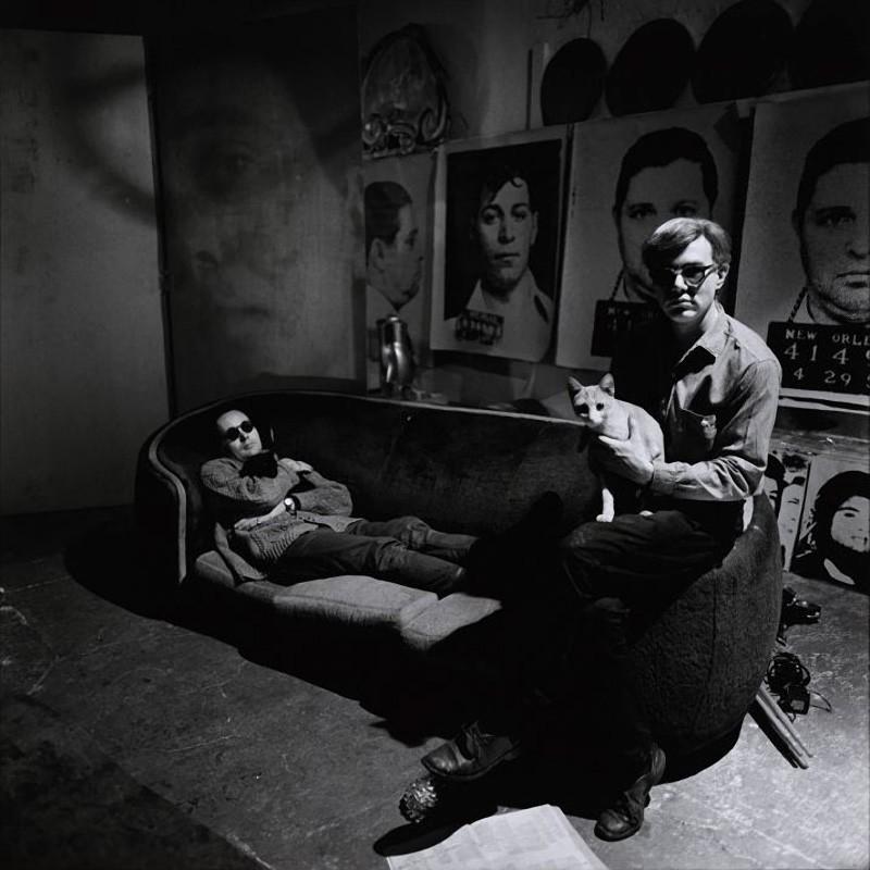 11. Энди Уорхол в своей студии с Робертом Индианой и котами. Неизвестно, чьи животные на фото, но Эн
