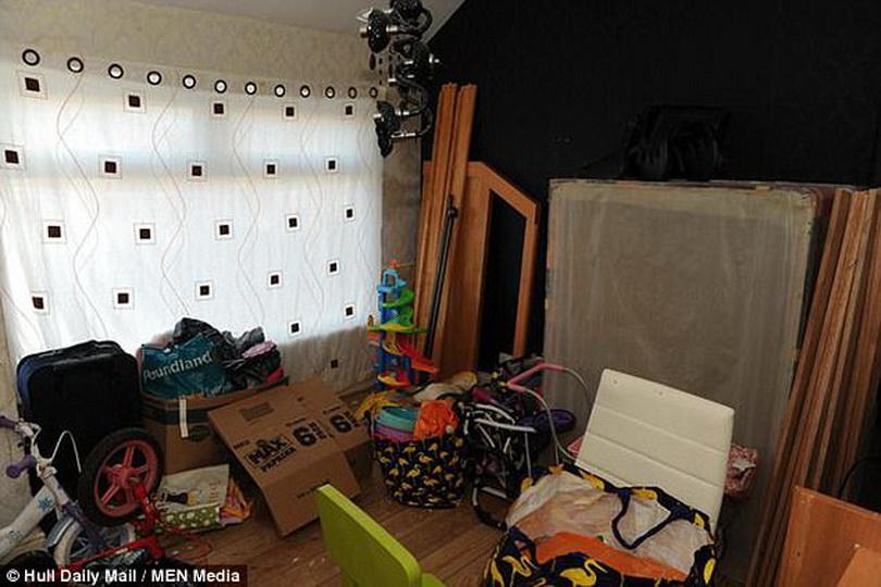 Пара с детьми исчезла из арендованного жилья, оставив в доме мусор, грязь и собаку