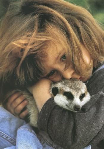 За десять лет жизни в Африке девочка каким-то волшебным образом подружилась со многими дикими животн