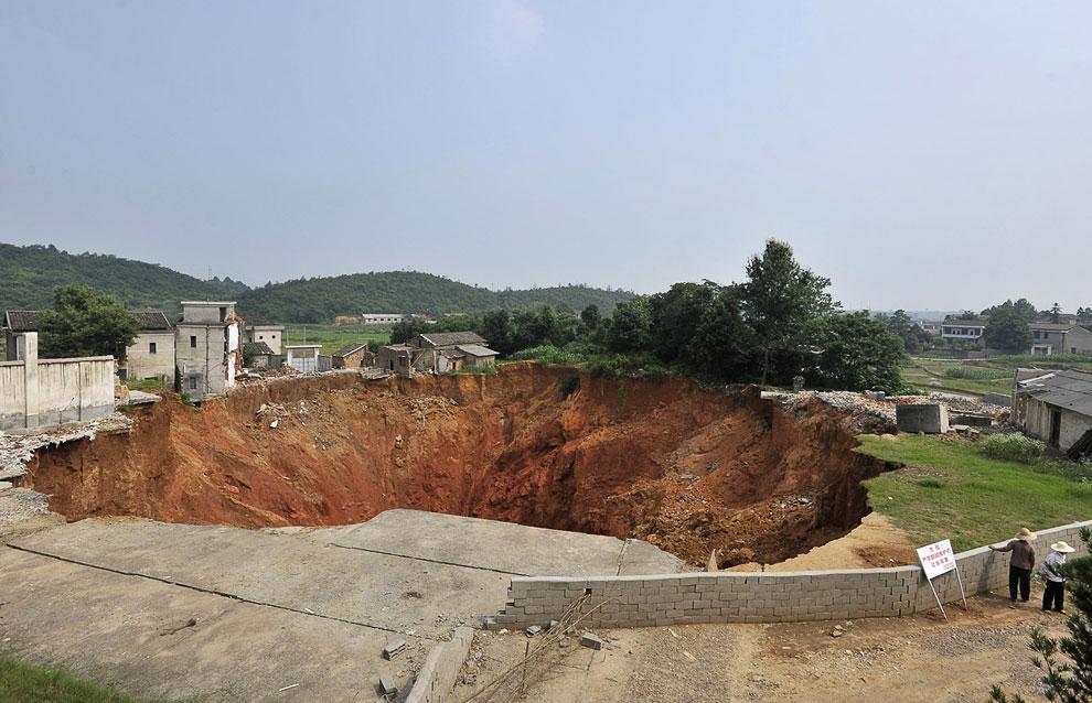 23. Причины появления этой дыры в Земле остались неразгаданными. (Фото Reuters | Stringer):