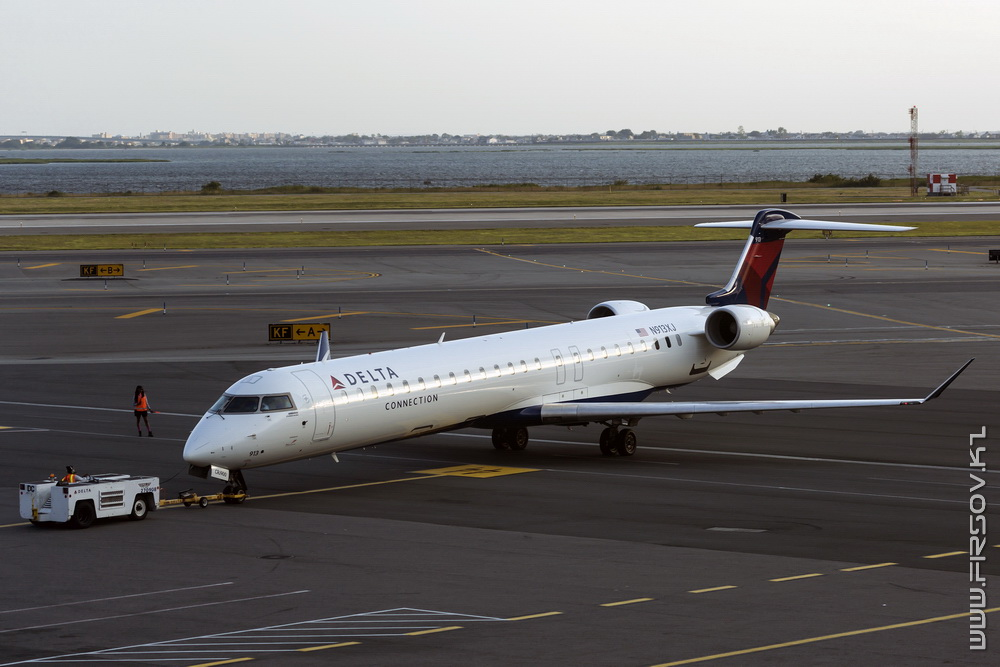 CRJ-900_N913XJ_Delta_Connection_1_JFK_resize (2).jpg