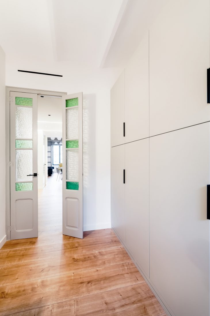 Refurbishment of a two bedrooms apartment, located in the neighborhood of Gracia, Barcelona. The fla