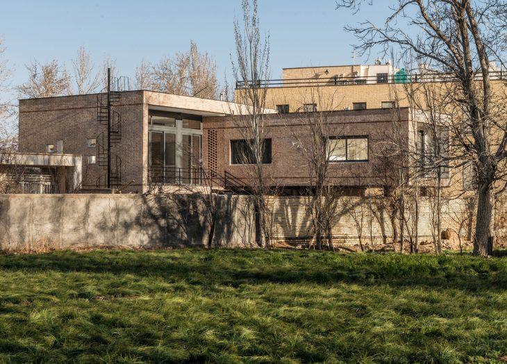 White on White Studio  designed this cozy villa located in Natanz, Iran, in 2016. Ta