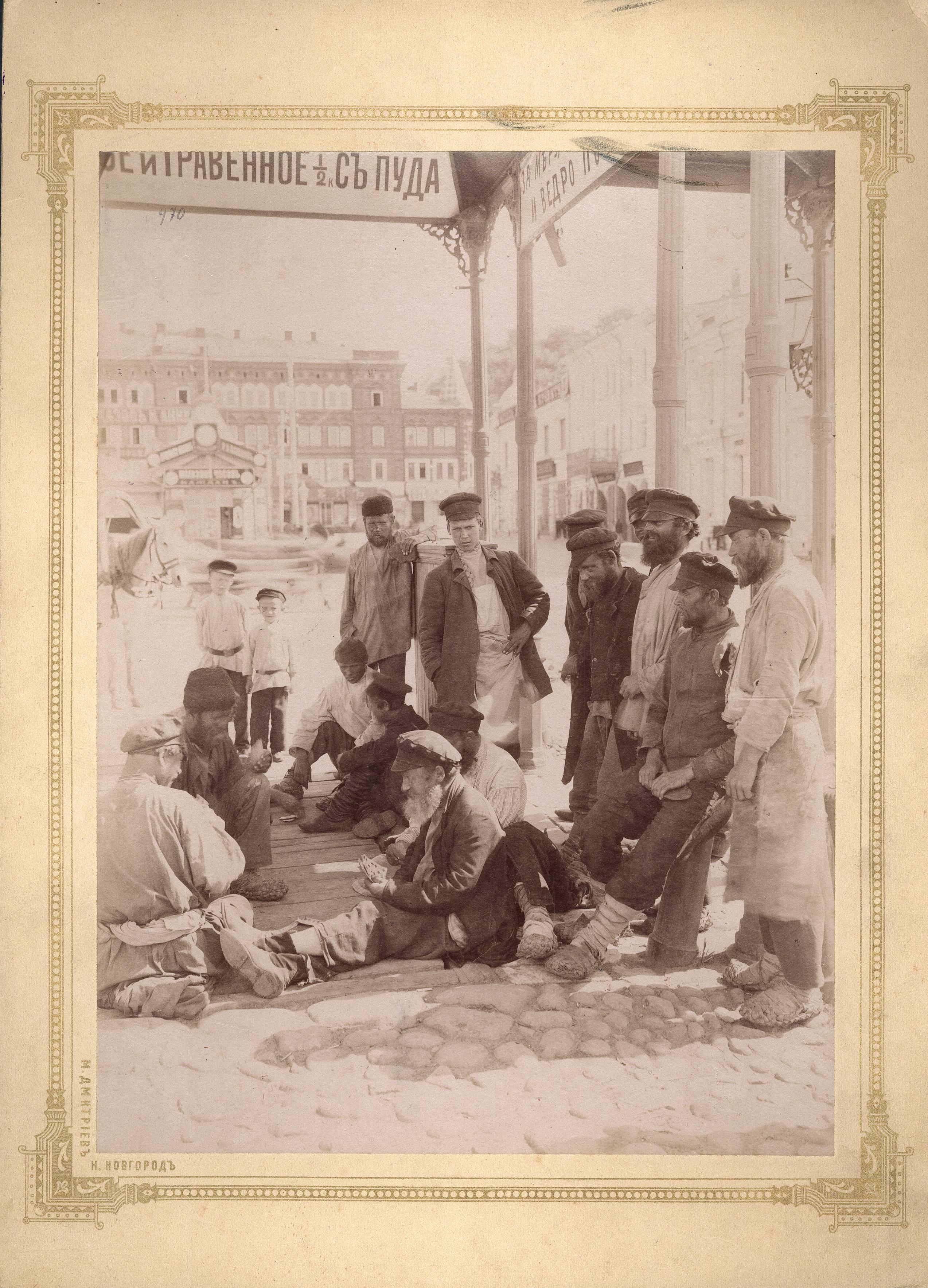 Игра в карты под навесом на Сафроновской площади
