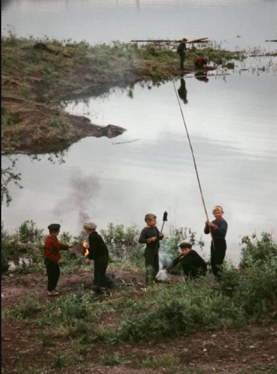 Братск. Мальчики готовят свежую рыбу на берегу