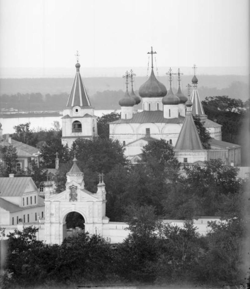 Печерский монастырь. Вид на монастырские ворота и Вознесенский собор
