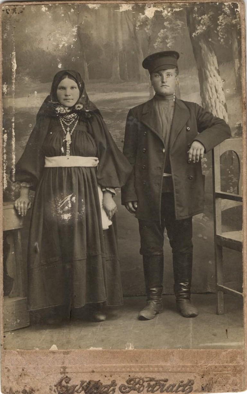 Молодая супружеская пара из крестьян или бедных мещан