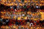 Индуисты сидят в храме в последний день празднования фестиваля Rakher Upabash в окрестностях Дакки, Бангладеш, 15 ноября 2016 года. Фото: Mohammad Ponir Hossain / Reuters