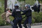 Французский полицейский задерживает парня во время акции протеста против заявленной правительством реформы трудового права. Нант, Франция, 26 мая 2016 года. Фото: Stephane Mahe / Reuters