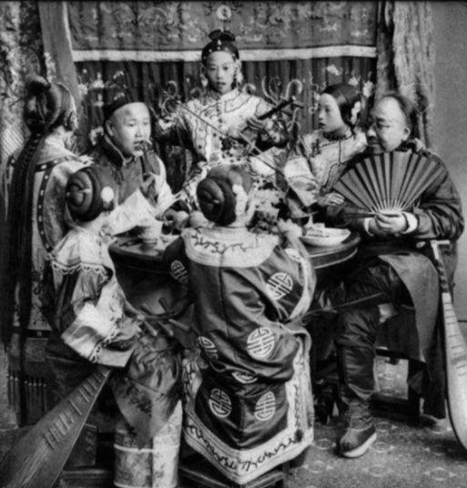 Фото сделано примерно в 1901 году. Богатый купец в окружении юных певичек.   Жизнь в Китае на р