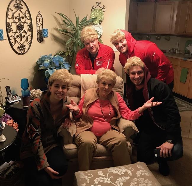 25бабушек идедушек, которые доказывают, что влюбом возрасте найдется место веселью (27 фото)