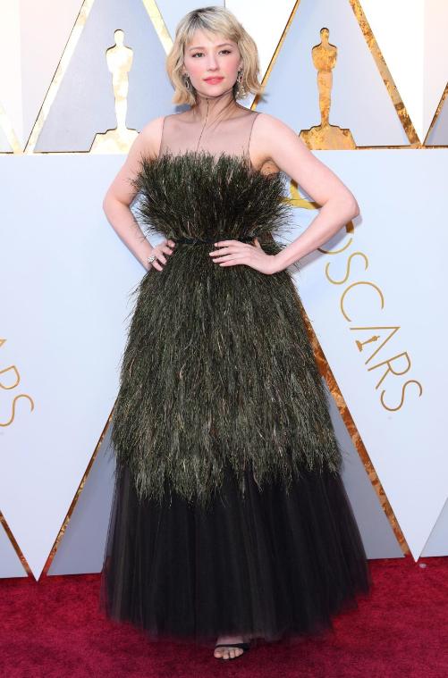 Хейли Беннетт в перистом платье