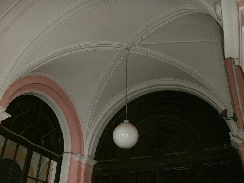 Светильники-шары на сводчатых потолках железнодорожного вокзала«Ораниенбаум-1» в городе Ломоносове (Петродворцовый район Санкт-Петербурга), март 2018 года.