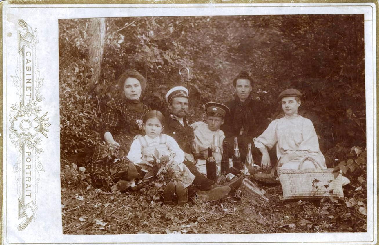 Семья строителя Транссибирской железной дороги Усевича на пикнике на берегу Иркута