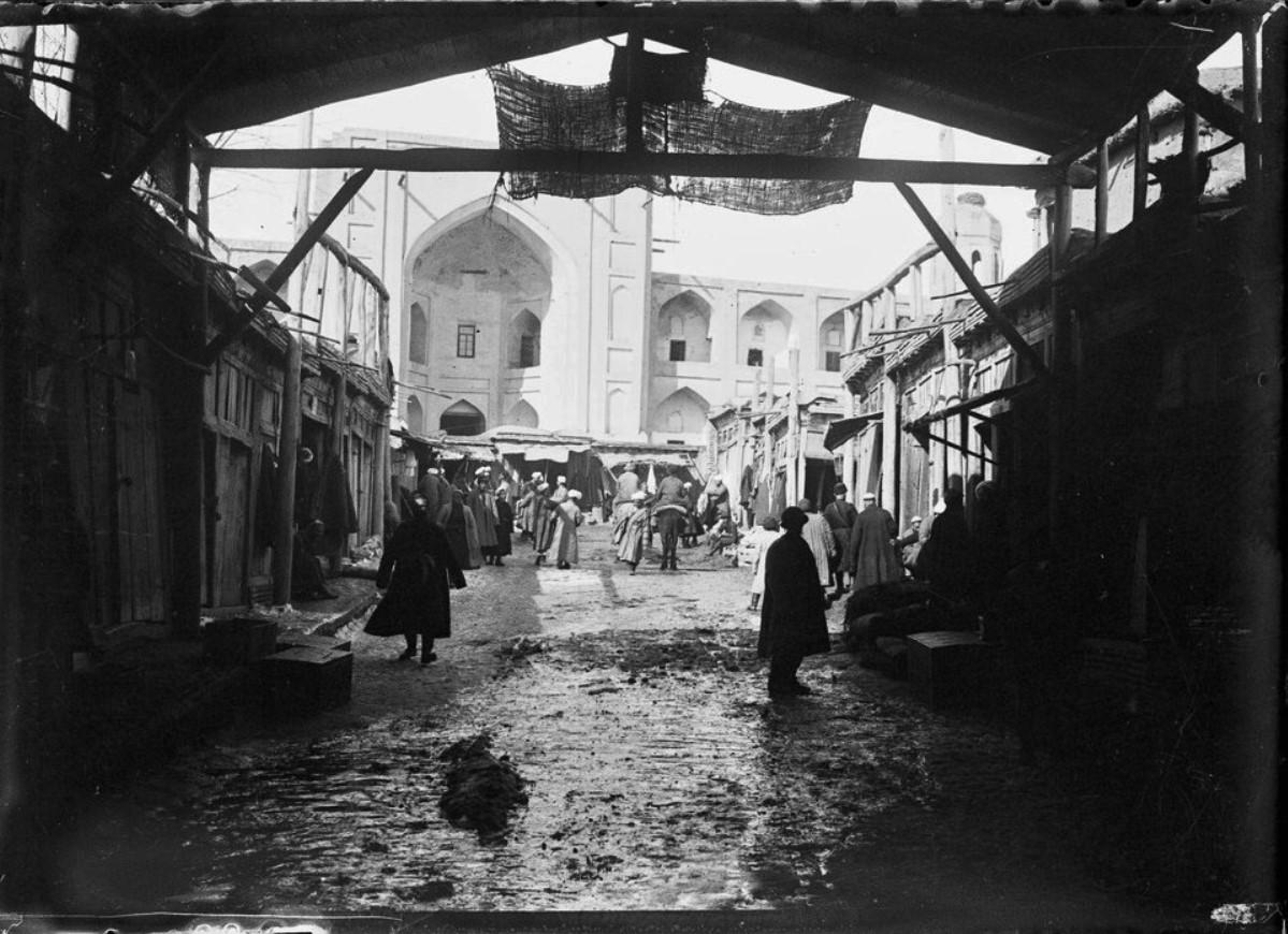 Медресе Беклярбека со стороны крытого базара
