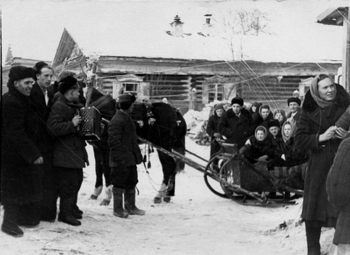 1950-е. Свадебный кортеж ждет