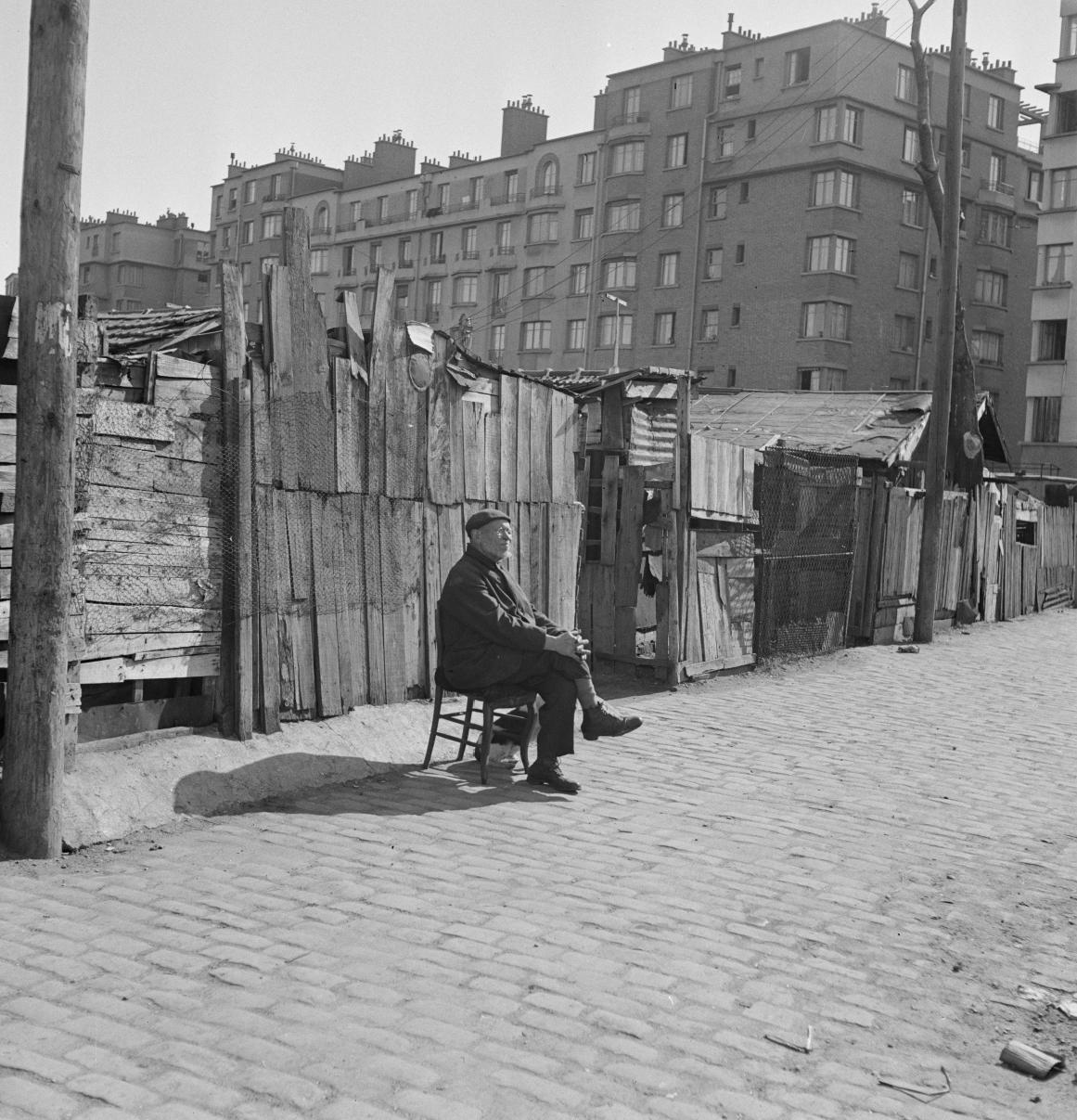 40. Одинокий человек, сидящий на стуле