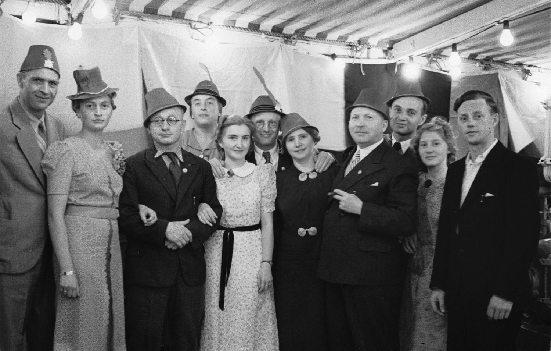Костюмированная вечеринка на верхней палубе. Группа людей в  карнавальных шапках