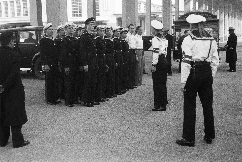 Средиземноморский круиз. Италия. Молодые моряки немецкого флота в Неаполе