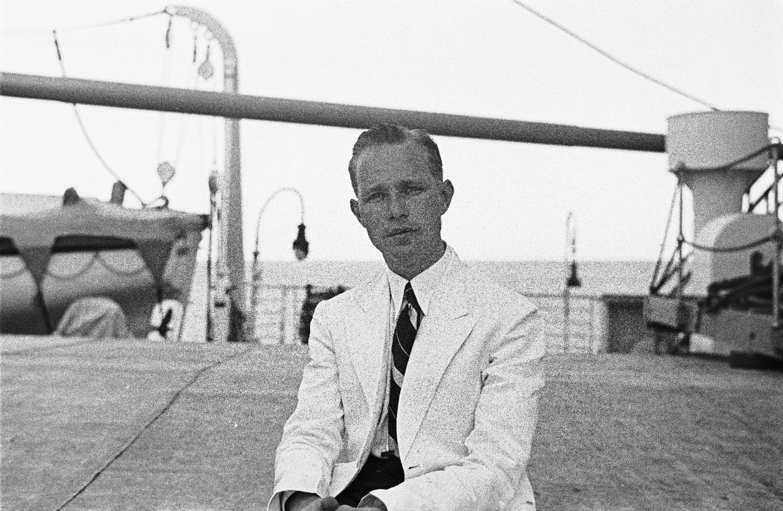 Средиземноморский круиз.  Судовой фотограф Франц Грассер на палубе пассажирского судна «Милуоки»