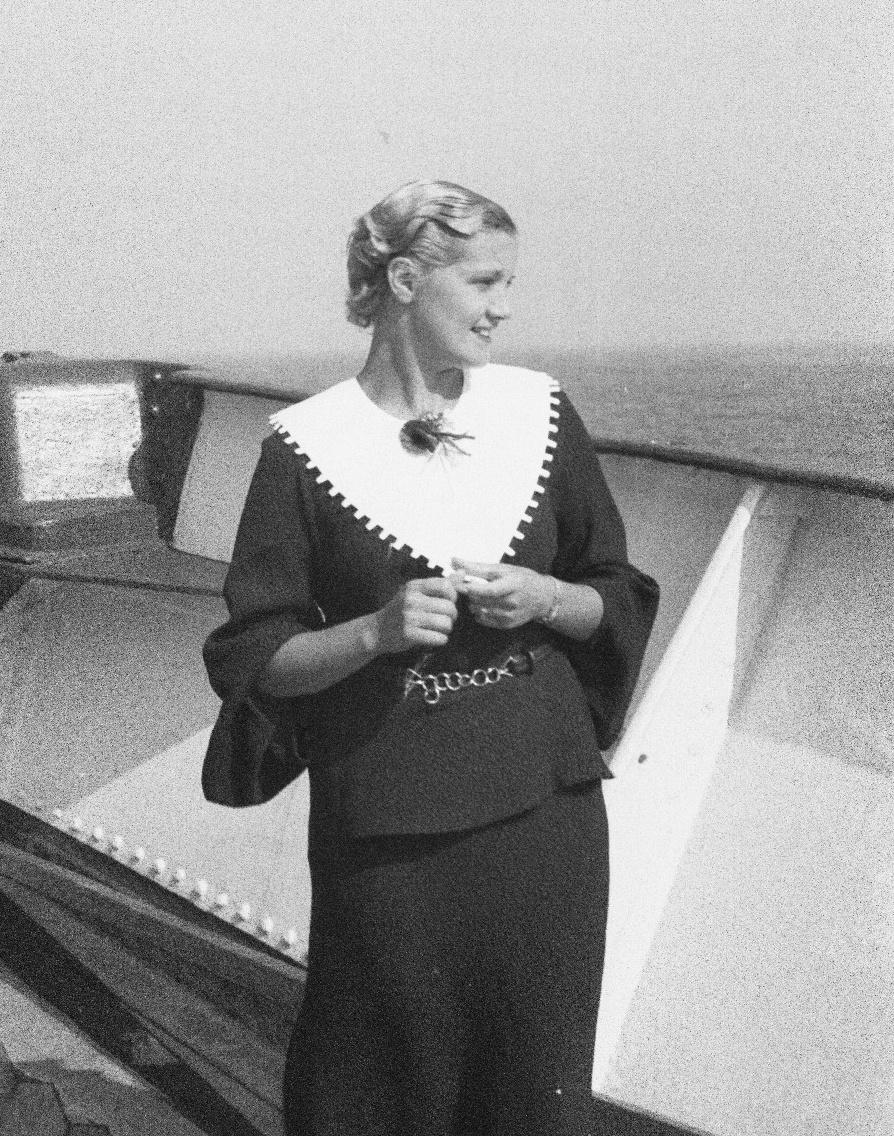 Молодая леди на палубе пассажирского судна