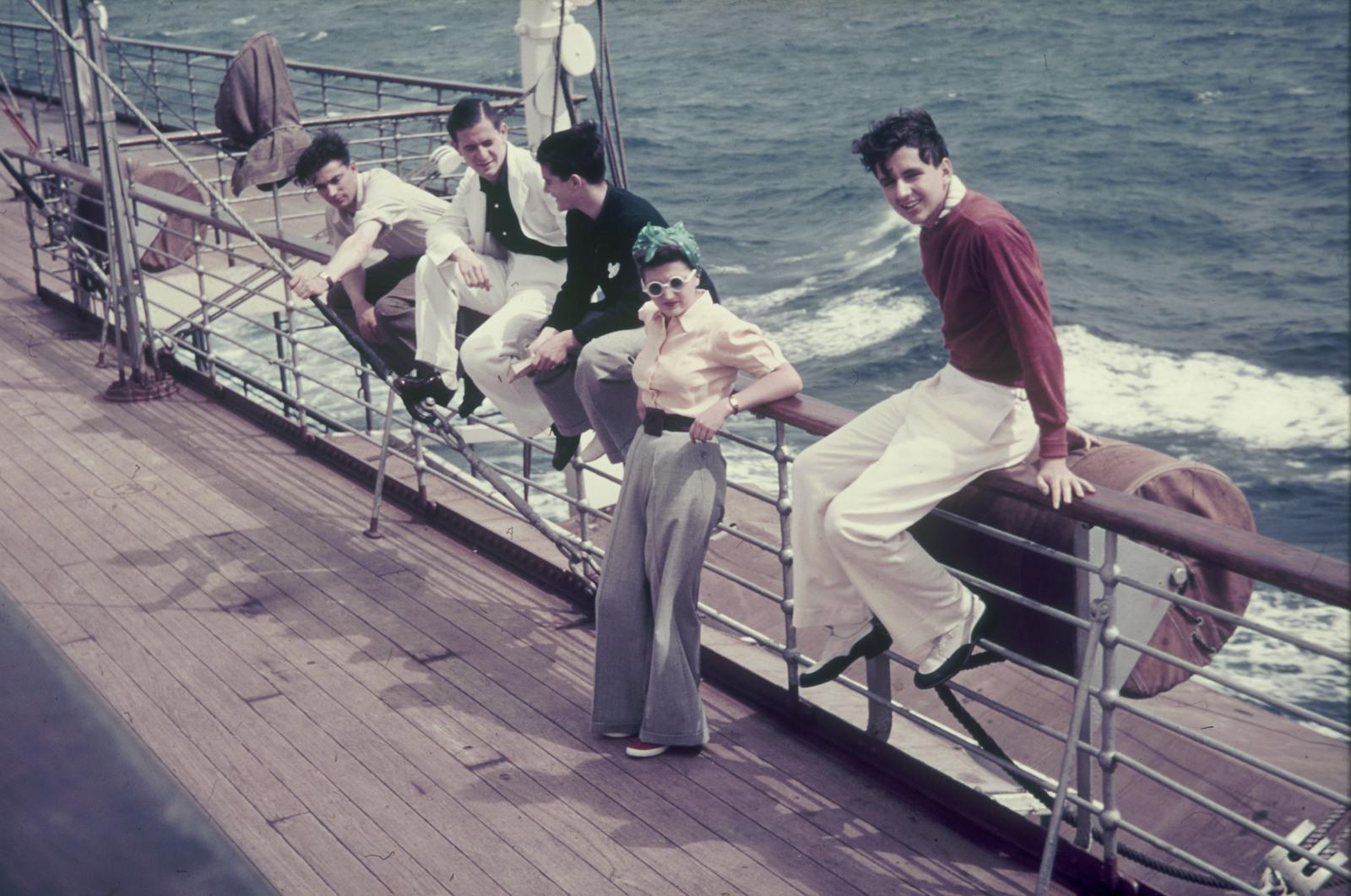 Пассажиры на перилах судна