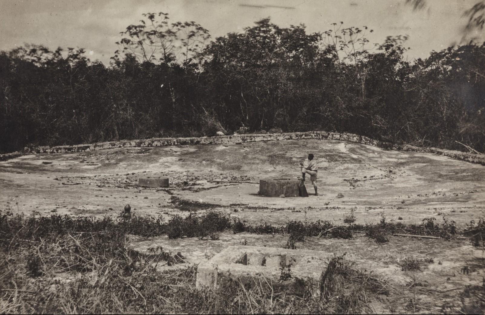 16. Бассейн для сбора воды и три подземных захоронения в руинах майя Ичпича