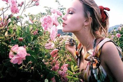 Лили Роуз выложила снимок рекламы Chanel