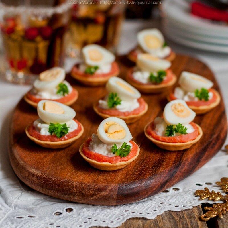 Праздничная закуска   мини тарталетки с красной рыбой, зернёным творогом и перепелиными яйцами