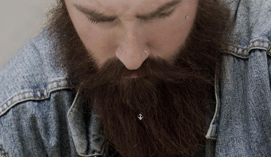 Мужчины с бородами, которые уже успели примерить украшения, остались очень довольны и захотели подел