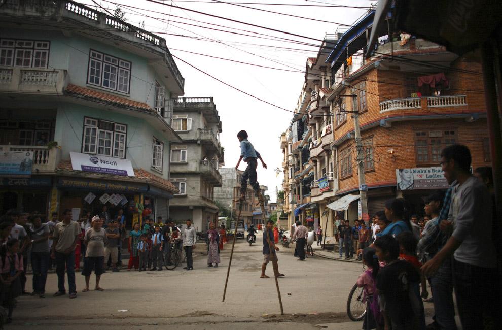 19. Велосипедная прогулка по горам в Катманду, 3 сентября 2014. (Фото Reuters | Navesh Chitraka