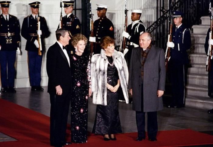 Чета Горбачевых во время визита в США, 1987 4. В народе говорили, что Горбачева предпочитает