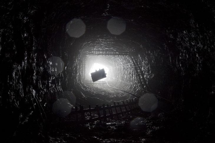 1. Украинский шахтер ждет автобуса после окончания смены на угольной шахте около Донецка, Украи