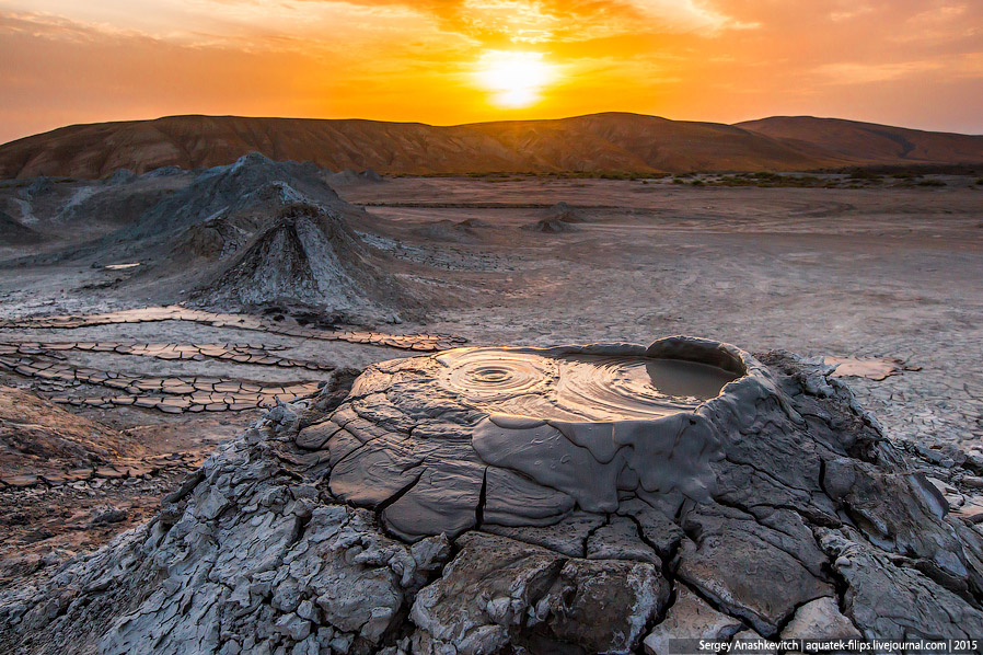 8. Следы недавнего извержения. Грязевая лава высохла и потрескалась.