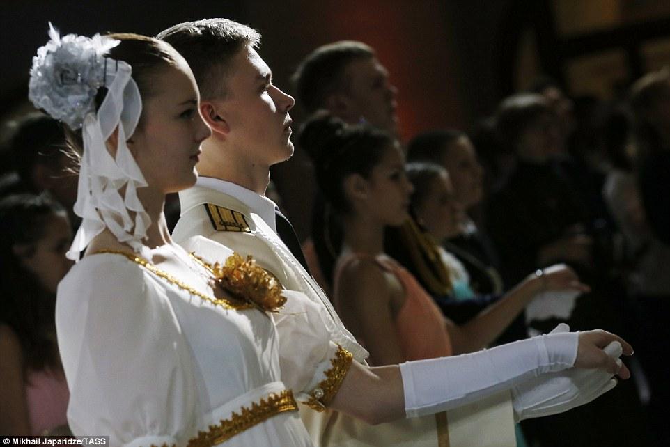 Молодые люди танцевали под «Полонез» Чайковского и «Венский вальс» Иоганна Штрауса.