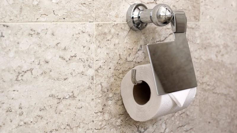 Посетители местных общественных туалетов должны просканировать своё лицо у специального диспенсера п