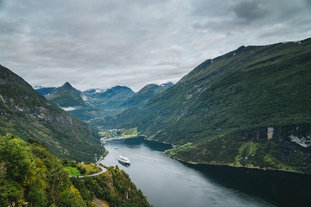 За городом ословский «ноябрь» внезапно превратился в скандинавское лето. Солнце вылезло из-за туч и