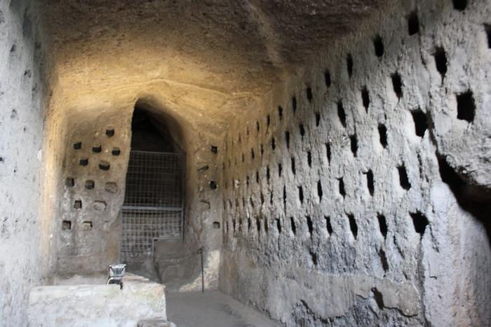 В 2011 году археолог Клаудио Биццарри наткнулся на этрусские пирамиды под средневековым итальянским
