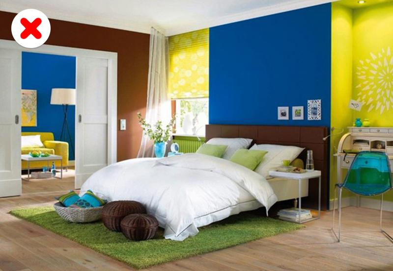 Все предметы мебели идекора должны гармонично дополнять интерьер комнаты. Выбирая яркие ипестрые п